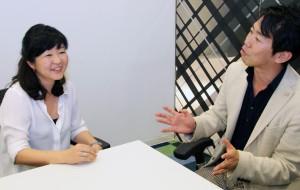 情報番組の作り方談義で盛り上がる海保さん(左)と村上さん